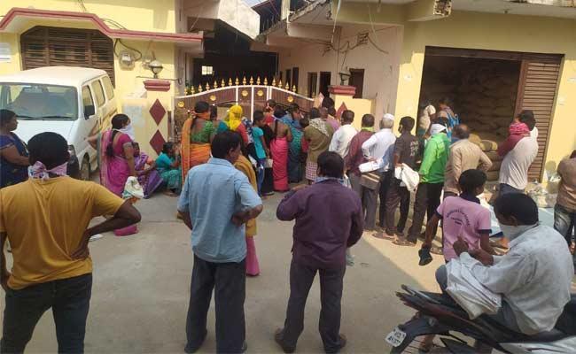 People Not following Lockdown In Mahabubnagar - Sakshi
