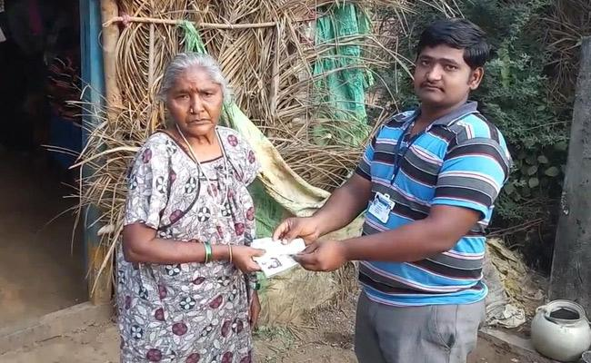 AP Government distribute cash relief by grama volunteers - Sakshi