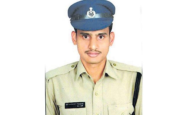 Constable Gouri Naidu Did Not Attend For His Mother Burial Due To Lockdown - Sakshi