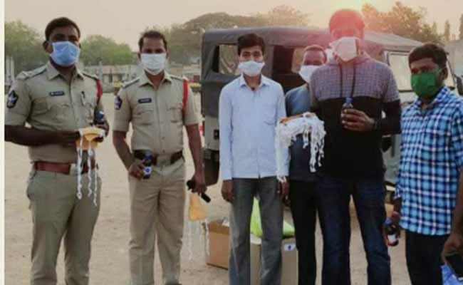 YSR Kadapa Old Students Distributes Masks And Sanitizes At Market - Sakshi