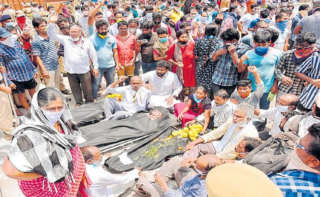 TDP And Janasena activists dharna with dead bodies at LG Polymers - Sakshi