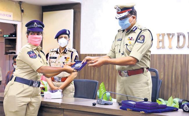 Hyderabad Kothwal Anjani Kumar Honored Best Police With Memos - Sakshi