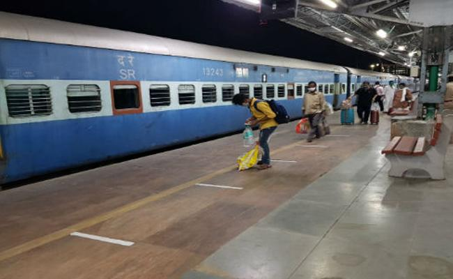 Migrant Workers Missing In Shramik Special Train From Surat To Haridwar - Sakshi