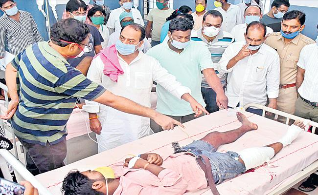 25 Migrant Workers Seriously Injured In Road Accident At Nirmal - Sakshi