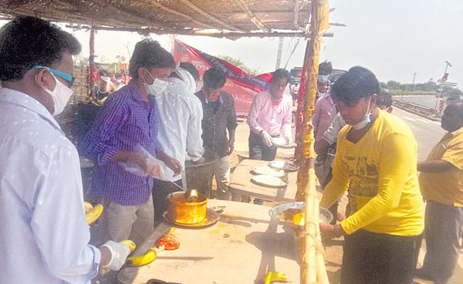 Government Teachers Helping Migrant Workers At Nizamabad District - Sakshi