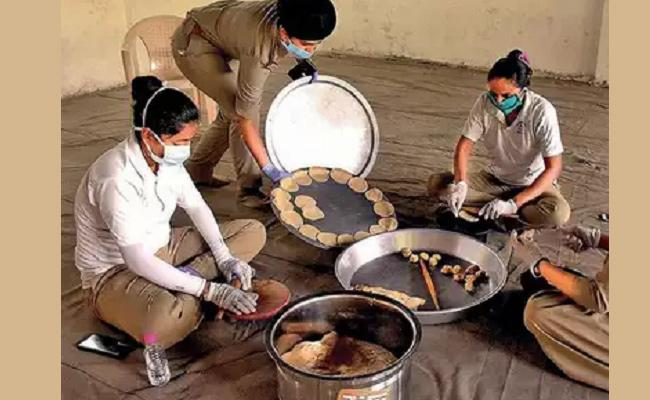 Police Station Turns Into Community Kitchen To Feed Hungry In Vadodara - Sakshi