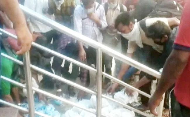 Migrant Labourers Shoving Each Other For Food And Water Packets On Platform - Sakshi