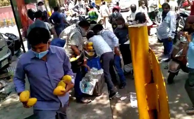 Delhi Crowd Loots Mangoes Worth Thousands From Street Vendor - Sakshi