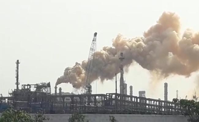 Smoke Relese in HPCL Gas Company Visakhapatnam - Sakshi
