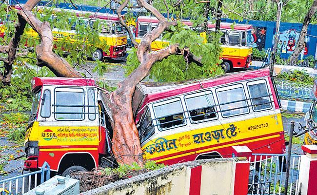Cyclone Amphan lifeless 72 in West Bengal - Sakshi