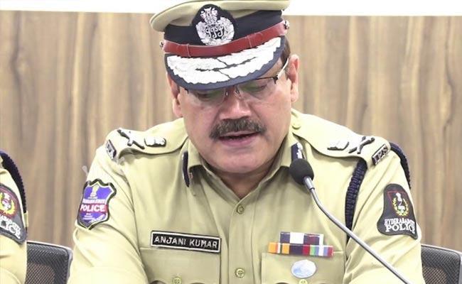 Hyderabad CP Anjani Kumar Condolence Constable Family - Sakshi