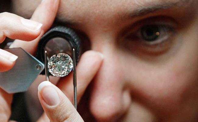 CI And Tahsildar Enquiry on Farmer Sale Diamond in Anantapur - Sakshi