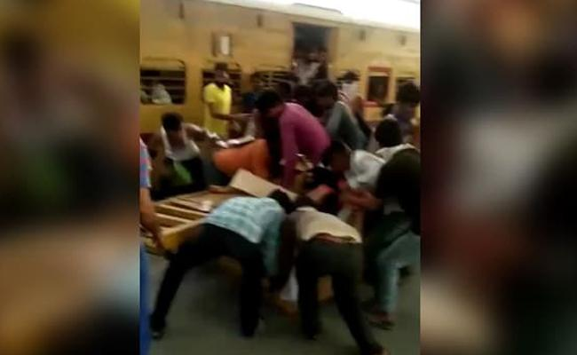 Migrants Looting Food Water At Delhi Station Shows Raw Desperation - Sakshi