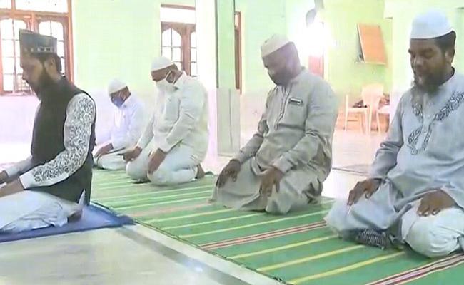 Muslim People Celebrated Ramzan At Homes - Sakshi