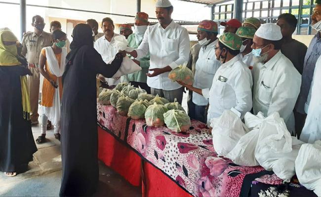 YS Avinash Reddy Distribute Ramadan Gift in Pulivendula - Sakshi