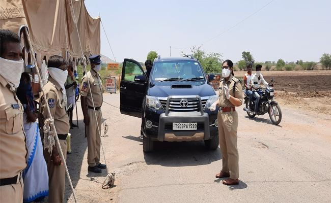 Telangana Police Alert in Jogulamba And Karnataka Borders - Sakshi