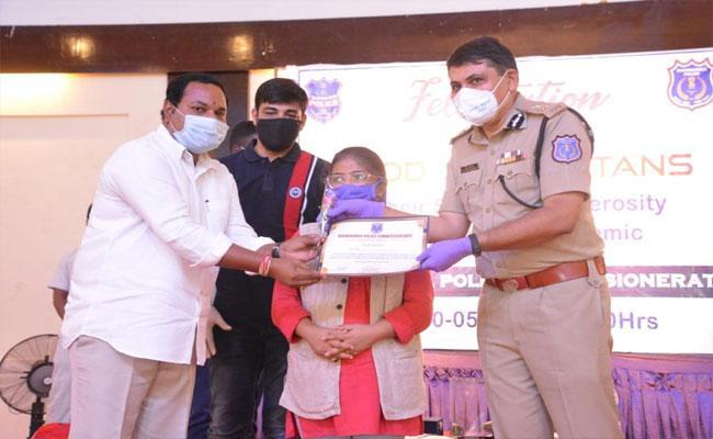 Good Samaritans Felicitated By Rachakonda CP Mahesh Bhagwat - Sakshi