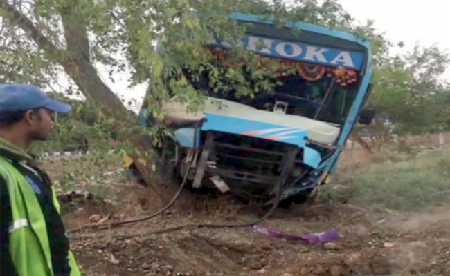 Migrant Workers Bus Accident At Nizamabad - Sakshi