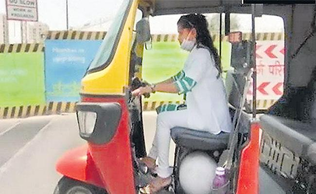 Auto Driver Sheetal Helping Poor People By Free Driving - Sakshi