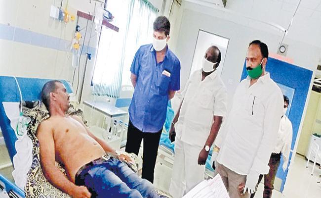 Assassination attempt on YSRCP activist in Ponnur - Sakshi
