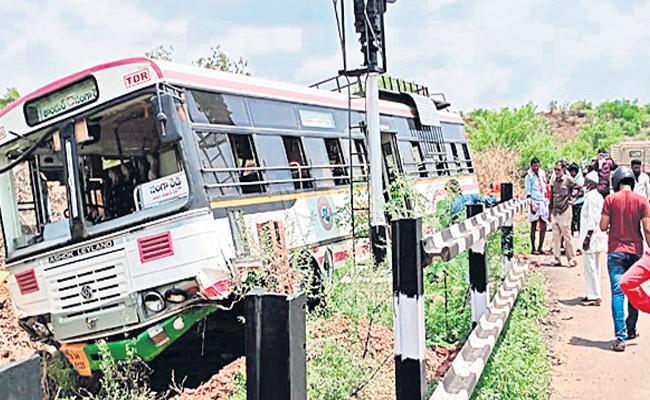 Seven Members Injured In Bus Accident At Mominpet Vikarabad District - Sakshi