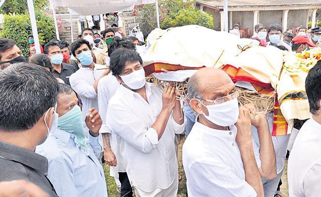 Chiranjeevi And Ram Charan Teja Attended For Umapathi Rao Funeral - Sakshi