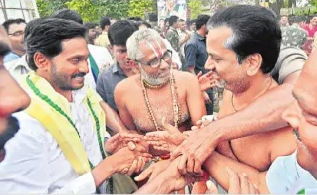 Priests Thanked CM Jagan For Restoring Hereditary Archaka System - Sakshi