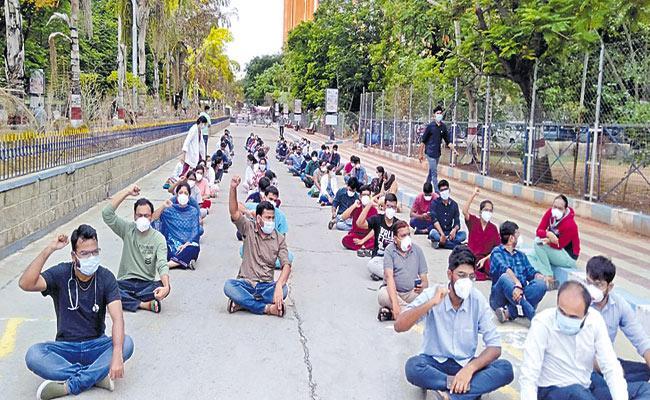 Etela Rajender Response On Junior Doctors Protest At Gandhi Hospital - Sakshi