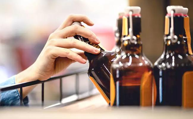 Cyber Crime Mumbai Banker Loses Rs 83000 Buying Online Alcohol - Sakshi