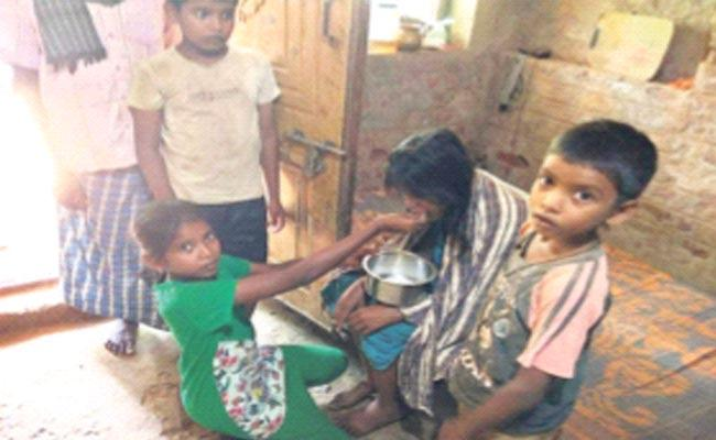 Childrens Are Requesting Donors To Help The Sick Mother - Sakshi