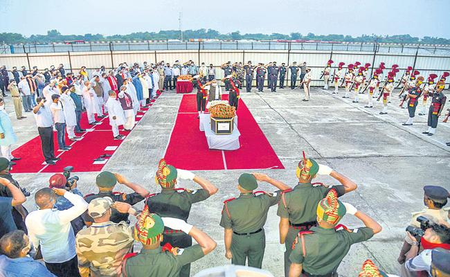 Army pays tribute to fallen soldiers - Sakshi