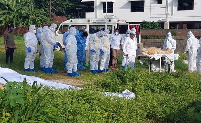 Mangaluru Mla Participate Burial Ceremony Without PPE Kit - Sakshi