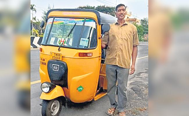 Auto Driver Helps Injured Street Dogs And Animals in Tamil nadu - Sakshi