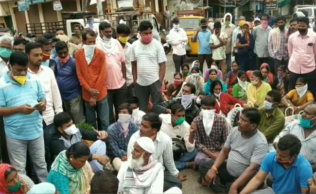 Farmers Protest Causes To Traffic Jam In Kamareddy - Sakshi