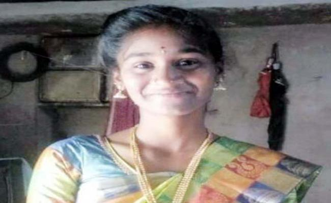 Young Woman Lost Her Life In Nizamabad - Sakshi
