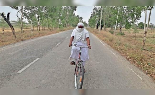 50 Years Old Woman Munni Learn Cycle in Three Days For Duty - Sakshi