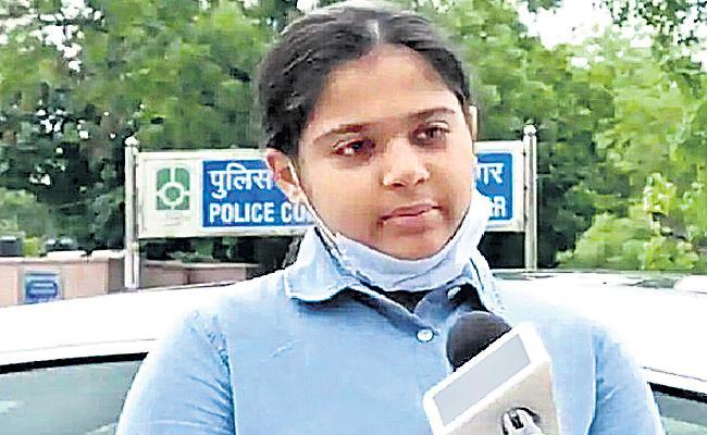 Seventh Class Girl Niharika Helped Migrant Workers In Lockdown - Sakshi