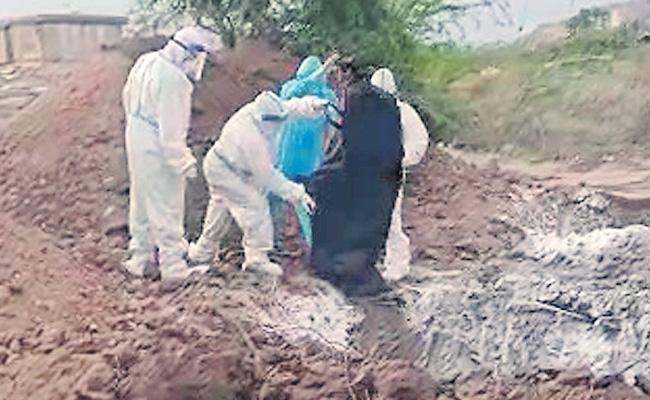 Throwing Of Nine Corona Dead Bodies In Large Pit At Ballari - Sakshi
