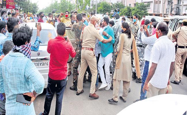 TRS Activists Attack On BJP Mp Dharmapuri Arvind In Warangal - Sakshi