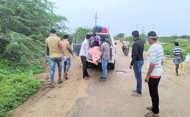 Uravakonda SI Conducted Funeral OfWho DeceasedWith Corona - Sakshi
