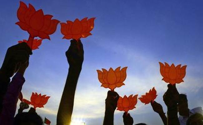 Devendra Fadnavis Response On Operation Lotus In Maharashtra - Sakshi