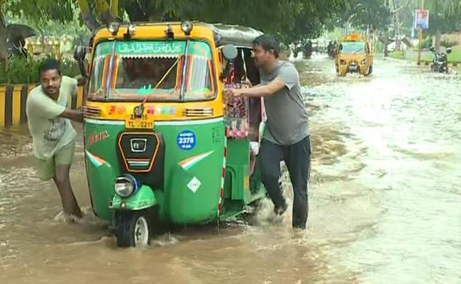 Heavy Rainfall In Vijayawada And Traffic Jam - Sakshi