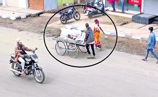 Woman forced to push-cart husband is body for last rites  - Sakshi
