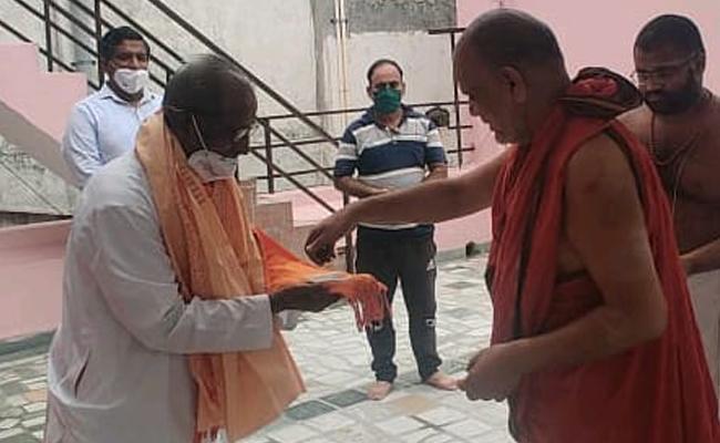 VHP Leader Raghavulu Meet Swaroopanandendra Saraswati - Sakshi
