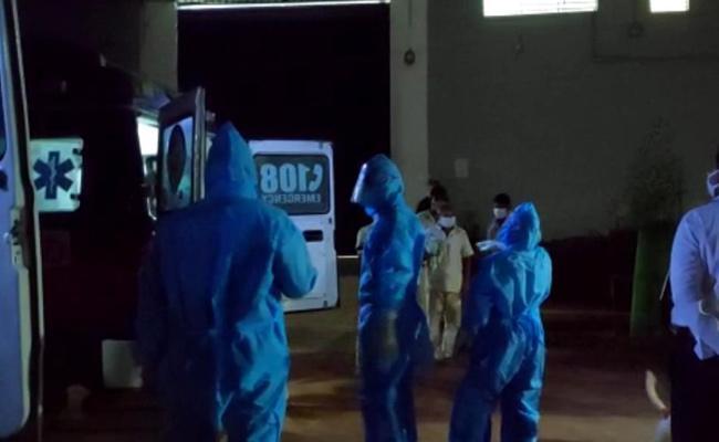 Two Prisoners Escape From Eluru Covid Center - Sakshi