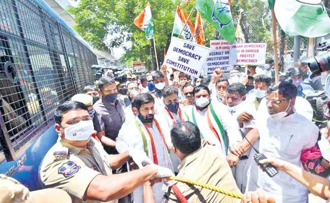 Congress Leaders Sent To The Begum Bazar Police Station By The TS Police - Sakshi