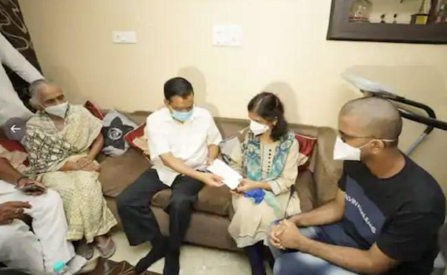 Kejriwal Hands Over Rs 1 Crore Cheque LNJP Doctor  Family  - Sakshi