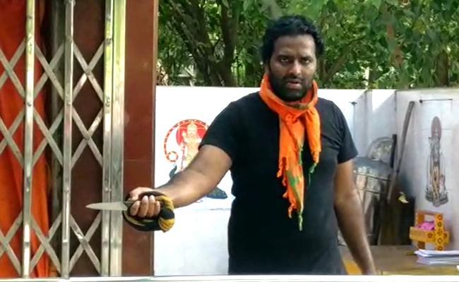 Man Hulchul With Knife In Vizag - Sakshi