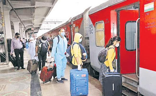 Hyderabad People Stop Train And Bus Journey in Hyderabad - Sakshi