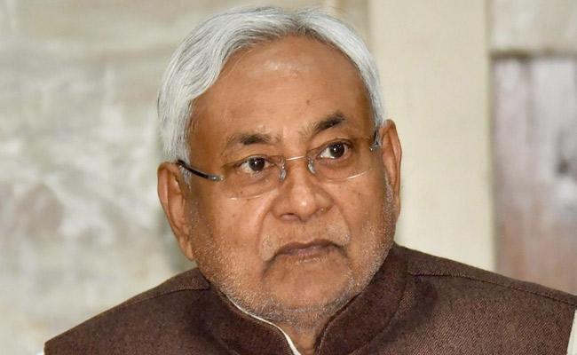 Nitish Kumar send swab sample for Covid test - Sakshi